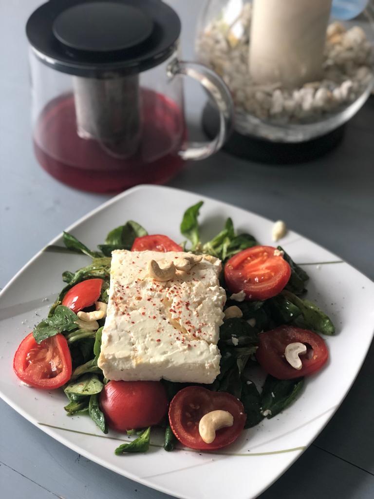 Backofen-Käse auf buntem Salatteller